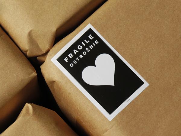 czarna-sztuka-serca-fragile-opakowanie-z-makulatury