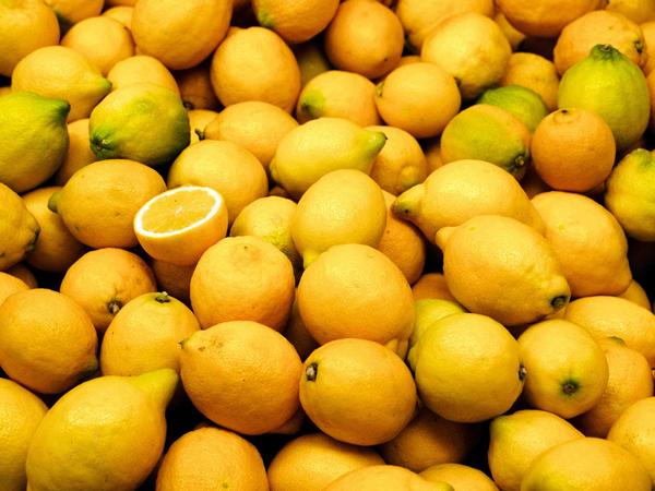 kolor-żółty-cytryna-Yellow-witamina-C-Pantone