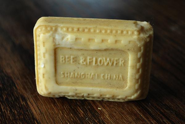 mydlo-Szanghaj-bee-flower-China